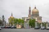 Licheń: Pomnik papieża wrócił przed sanktuarium, ale już bez postaci księdza Eugeniusza M., oskarżonego o pedofilię