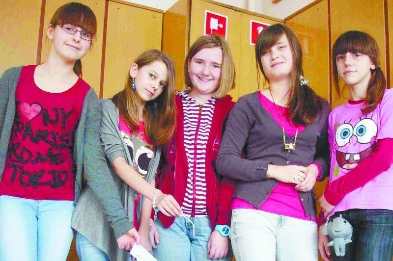 Patrycja, Karolina, Ewa, Kinga i Klaudia z VI c odpady segregują nie tylko w swojej szkole, ale i w domach.