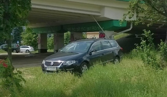 Tak zaparkował autodrań przy ul. Sulechowskiej w Zielonej Górze.
