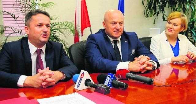To był wielki dzień - podpisano umowę na budowę hali sportowej przy szkole  numer 2 w Staszowie.