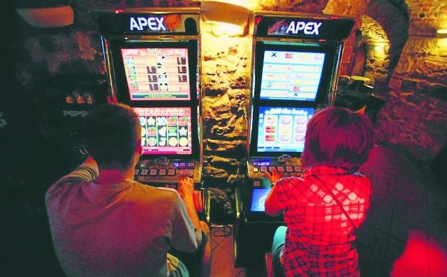 Punkty z automatami do gier hazardowych znikają z naszych ulic. Koniec samowolki!