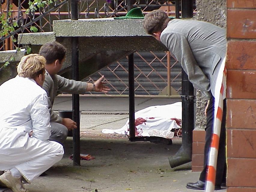 Mordercy już pierwszego dnia byli w kręgu podejrzanych. Jak się później okazało, jeden z nich był nawet wśród gapiów, którzy przyglądali się pracy policji na miejscu zbrodni. Na zdjęciu policyjni specjaliści od kryminalistyki zbierają nawet najdrobniejsze ślady krwi na miejscu zbrodni.