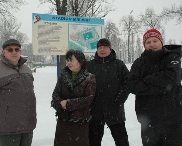- Póki co uratowaliśmy stadion przed zabudową - mówią (od lewej) Zbigniew Stachowiak, Krystyna Sadowska, Henryk Pędzik i Mariusz Kręgiel.