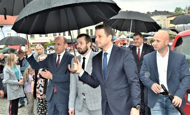 Rafał Trzaskowski (z prawej) odprowadza Sebastiana Kościelnika na rozprawę do Sądu Rejonowego w Oświęcimiu w towarzystwie szefa PO Borysa Budki.