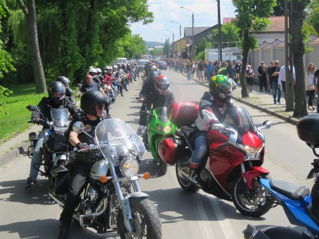 Wadowice. Po mszy żałobnej w kościele św. Piotra Apostoła korowód motocykli ruszył Aleją Matki Bożej Fatimskiej na cmentarz parafialny