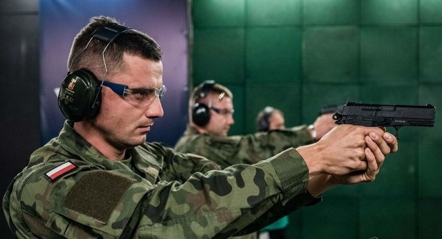 Terytorialsi już ćwiczą z nowymi Visami, pochodzącymi z radomskiej Fabryki Broni.