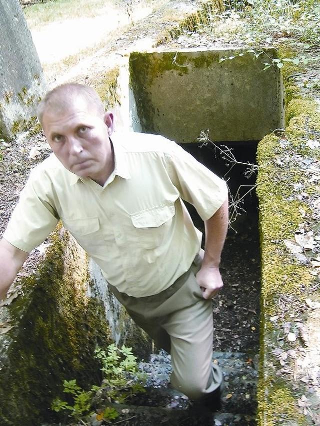 Nadleśniczy Karol Kaczmarek pokazuje pozostałości po poniemieckich bunkrach.