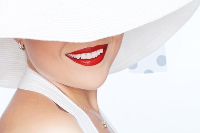 Uczulenie na słońce wymaga ochrony skóry przed promieniami UV za pomocą preparatów o wysokim współczynniku ochrony SPF, najlepiej z dodatkowa osłoną np. w postaci kapelusza i/lub parasola