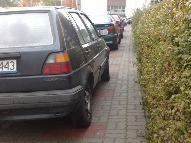 Tak przy zakazie parkowania kierowcy stawiają samochody na ul. Sucharskiego w Gorzowie. O przejściu chodnikiem można zapomnieć. Policja jest jednak bezradna, bo to droga osiedlowa.