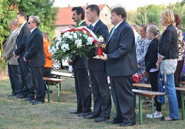 Delegacja samorządu Opatowca, z wójtem Sławomirem Kowalczykiem (w środku), złożyła kwiaty przed pomnikiem w Ksanach.
