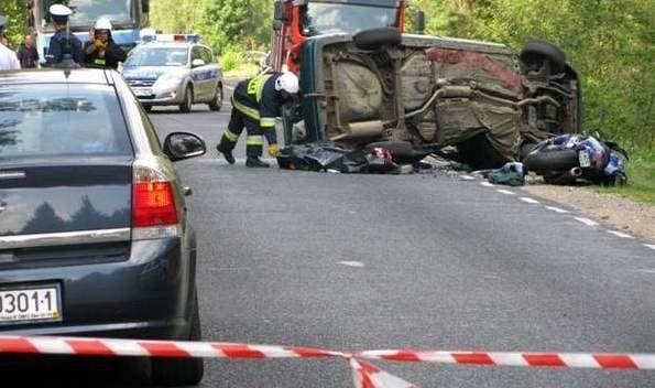 Siła uderzenia motocykla była tak potężna, że auto wywróciło się na bok.