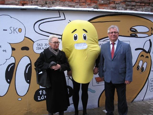 Od lewej- Monika Małkowska,melon i dyrektor Elektrowni, Włodzimierz Pujanek.