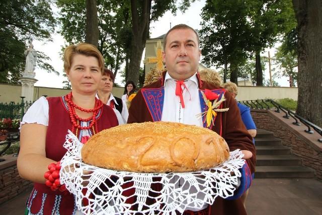 Starostowie dożynek w Daleszycach - Dorota Łabędzka i  Grzegorz Zielonka z bochnem tegorocznego chleba.