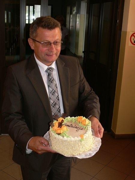 Kazimierz Skóra, wójt Grębowa po przyznanym absolutorium z tortem od radnych.
