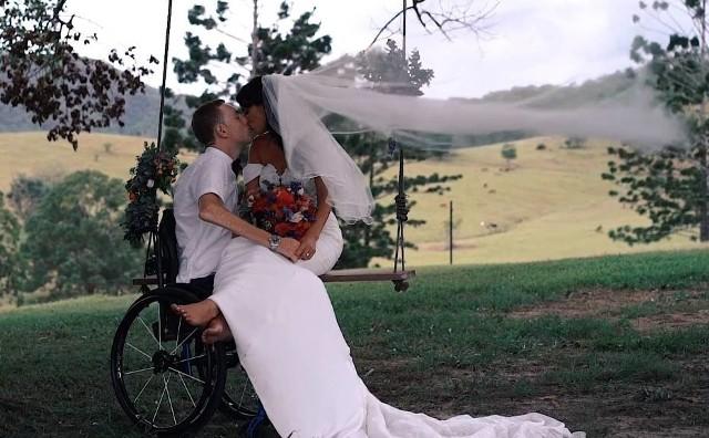 """Darcy Ward ożenił się. Wybranką jego życia jest Lizzie Turner. Ich ślub odbył się 1 lutego 2019 roku w Australii na farmie Cowbell Creek niedaleko miasta Gold Coast. Podczas ślubu Australijczykowi wielokrotnie łamał się głos. Tradycyjnie, jak to po takich uroczystościach bywa, młoda para planuje podróż poślubną. - Jeszcze nie ustaliliśmy, gdzie się udamy, ale prawdopodobnie będzie to Australia. Planujemy powiększenie rodziny i nie chcemy wydawać nie wiadomo ile pieniędzy - powiedziała Lizzie Ward.Poniżej obejrzeć możecie krótki film z fragmentami ze ślubu. W materiale nie brakuje wzruszających momentów oraz pierwszego tańca. Świadkiem Darcy'ego Warda podczas uroczystości był Chris Holder.  To był straszny dzieńBył 23 sierpnia 2015 roku. W ostatnim biegu niedzielnego meczu SPAR Falubazu Zielona Góra z GKM-em Grudziądz, Darcy Ward zaliczył koszmarny upadek, po którym został odwieziony do szpitala. Ward po upadku był przytomny. Uskarżał się na ból szyi i kręgosłupa. Według nieoficjalnych informacji, które na gorąco docierały do dziennikarzy, Australijczyk nie miał czucia w nogach.Dyrektor ds. sportowych SPAR Falubazu Zielona Góra Jacek Frątczak po meczu przekazał nam informacje, że Ward jest szykowany do operacji. Chwilę później fatalne wieści potwierdził portal falubaz.com. Wynikało z nich, że u Darcy'ego Ward zdiagnozowano przerwanie rdzenia kręgowego na odcinku, który odpowiada za dolne partie ciała.Jak doszło do wypadku Darcy'ego Warda?Australijczyk gonił Artioma Łagutę, na wyjściu na prostą startową podniosło koło jego motocykla.   Darcy z pełną siłą uderzył o tor. W ostatniej chwili zdołał go ominąć Patryk Dudek, po czym Ward uderzył głową i plecami w bandę, która w tym odcinku nie jest zabezpieczona """"dmuchawcem"""". Sytuacja od razu wyglądała dramatycznie. Ward trafił na nosze i do karetki, która natychmiast przetransportowała go do zielonogórskiego szpitala. Stamtąd zaczęły dochodzić tragiczne wiadomości o przerwanym rdzeniu kręgowym żużlowca...Zobacz również: Kil"""