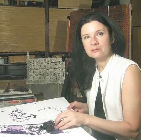 Ewa Zauścińska ukończyła studio reklamy w Katowicach. Od wielu lat mieszka i tworzy w Żarach. Ma na koncie wiele nagród i wyróżnień. Kilka dni temu w XVIII Wojewódzkim Konkursie Fotograficznym Żary 2008 zdobyła Grand Prix oraz drugą nagrodę w plenerze malarskim.