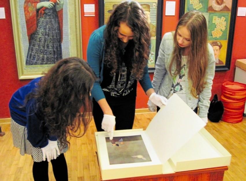 W Galerii im Sleńdzińskich uczniowie mieli okazję zobaczyć ilustracje do Biblii Bencjona Rabinowicza. Od lewej: Emilia Ostrowska, Wioleta Kurzyna, Joanna Wysocka. Te trzy uczennice są też autorkami scenariusza krótkometrażowego filmu.