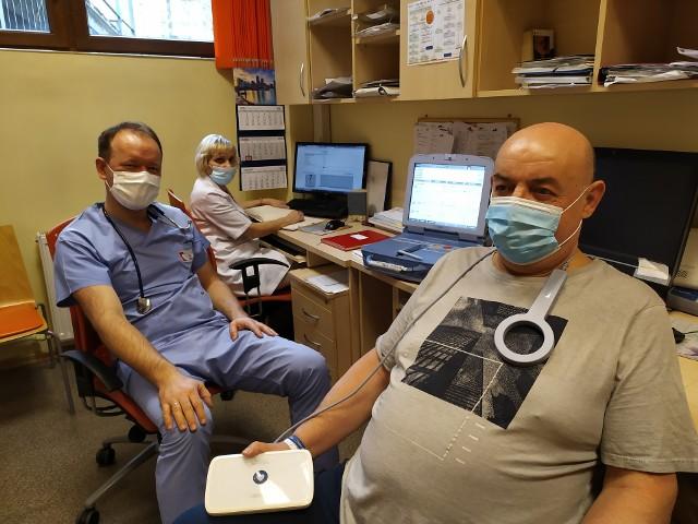 Na zdjęciu od prawej: pacjent Bogusława Dziubka, doktor Sławomir Pluta oraz pielęgniarki Anna Golus z Centrum Telemonitoringu SCCS w Zabrzu.
