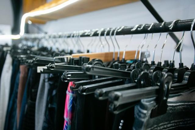 Dokąd trafia odzież używana zbierana na nielegalnych zbiórkach?