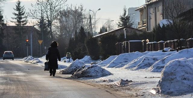 """Na chodnikach Tarnobrzega jest lodowa """"szklanka"""", zatem niektórzy mieszkańcy woleli w piątkowy poranek spacerować po... ulicy. Na zdjęciu osiedle Dzików, ulica Wiejska."""