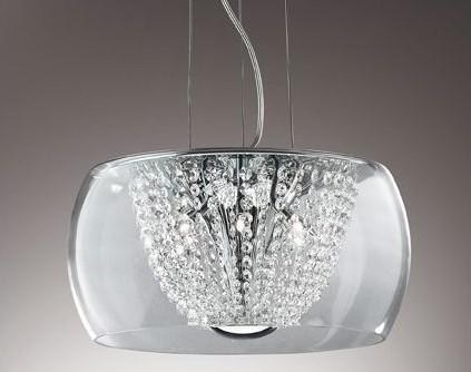 Lampa zdobiąca wnętrze, jak biżuteria kobietęLampa z serii Audi-60 ma metalową chromowaną ramkę i klosz z dmuchanego przezroczystego szkła. Wewnątrz klosza są ozdobne łańcuszki z ośmiokątnych kryształków. Lampa zawieszona jest na stalowych drutach, których długość można regulować od 30 do 100 centymetrów. To bardzo przydatna funkcja.