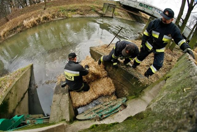 Strażacy walczą z wyciekiem ropy do rzeki Ślęzy - zdjęcie ilustracyjne