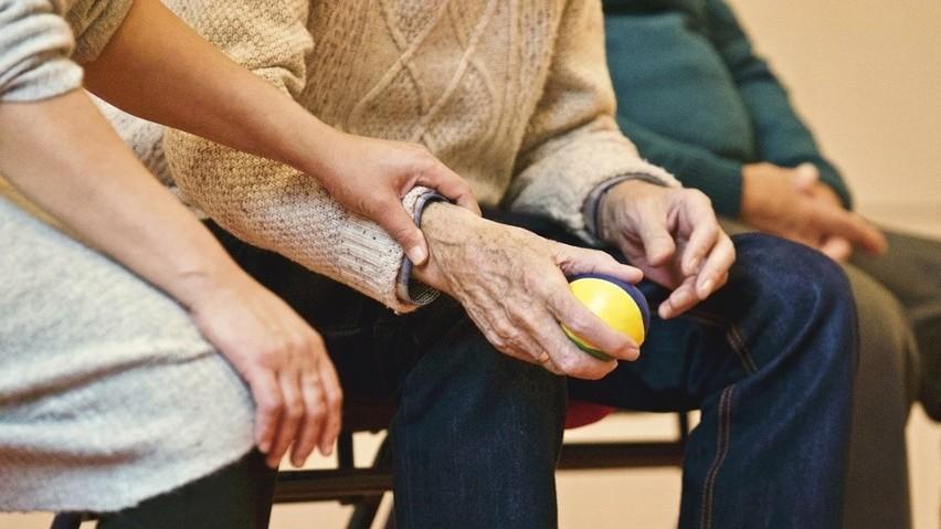 Do DPS-u kierowane są osoby wymagające całodobowej opieki z...