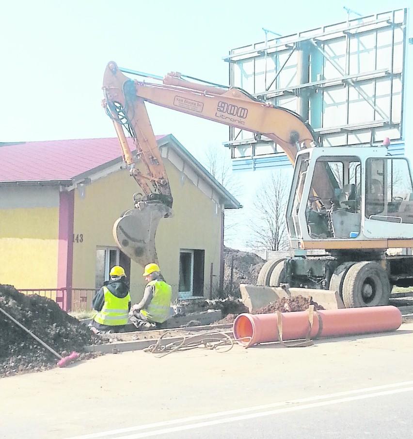 Podczas budowy kanalizacji trzeba było rozebrać ledwo co wybudowane chodniki i ścieżkę rowerową w Grodźcu