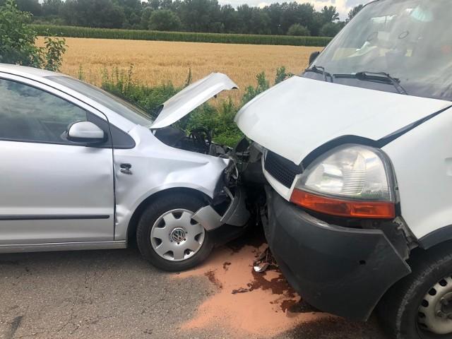 W Pierszycach na drodze powiatowej zderzyły się czołowo samochód osobowy z ciężarowym. Trwa akcja ratownicza