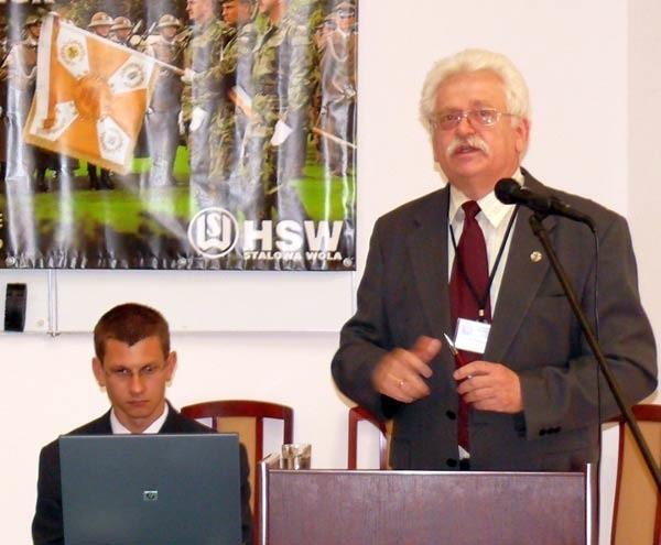 Prof. Romuald Szeremietiew na konferencji naukowej.