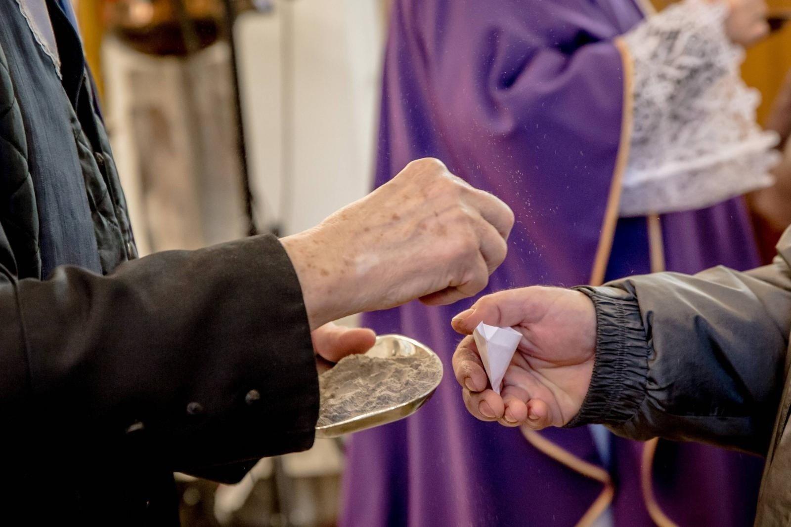 Środa Popielcowa - post ścisły obowiązuje większość katolików. Czego nie można jeść w Popielec? | Gazeta Pomorska