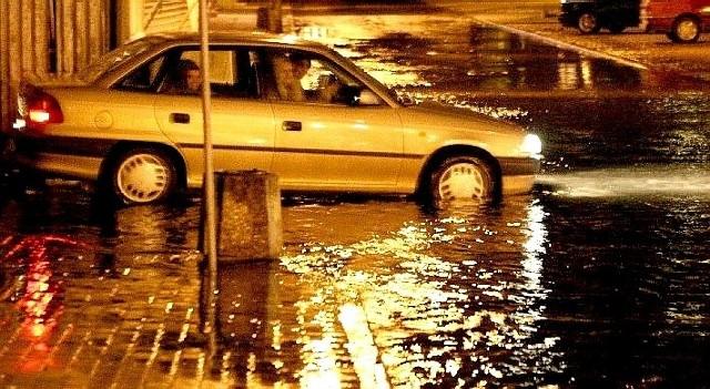 Woda na ulicy Chrobrego. Tu, jak zwykle zawiniła kiepska kanalizacja deszczowa, która ma bardzo małą przepustowość. Miasto już od dawna obiecuje ją zmienić, ale jak dotąd kończy się tylko na słowach.