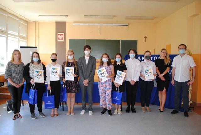 Uczniowie z kilku szkół regionu radomskiego zostali nagrodzeni w ramach konkursu organizowanego przez XII Liceum Ogólnokształcące w Radomiu oraz wydział medyczny Uniwersytetu Technologiczno-Humanistycznego w Radomiu.