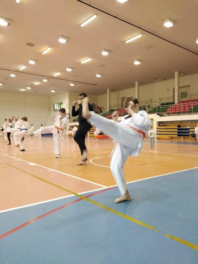 Trening karate i zumby w Tarnowie Opolskim.