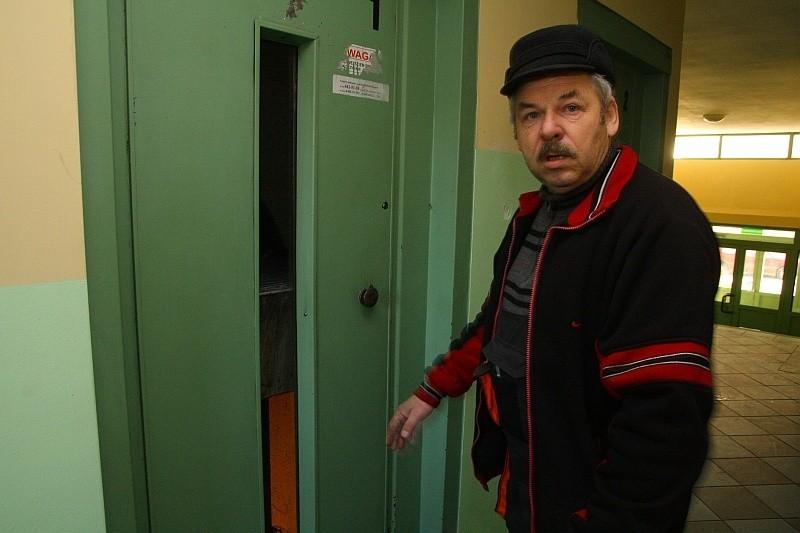 Piotr Niestrój: - Chcieliśmy ustalić usterkę. W momencie, gdy winda zjechała na parter, ta pani musiała wejść do środka, a dźwig ponownie ruszył.