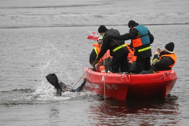 Poznańscy strażacy wyłowili z Jeziora Lusowskiego w miejscowości Lusówko dwóch nurków.