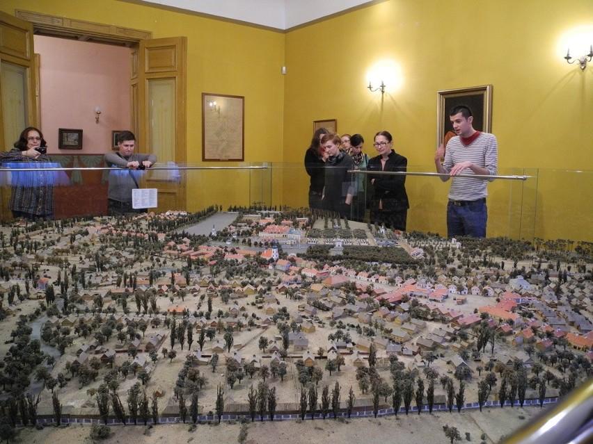 Zagraniczni goście zwiedzili Muzeum Historyczne w Białymstoku, zachwyciła ich m.in. makieta XVIII-wiecznego miasta