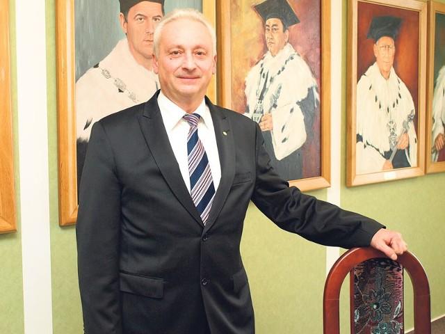 Profesor Tomasz Krzyżyński, wykładowca akademicki, od 2005 roku rektor Politechniki Koszalińskiej. Żonaty, ma troje dzieci.