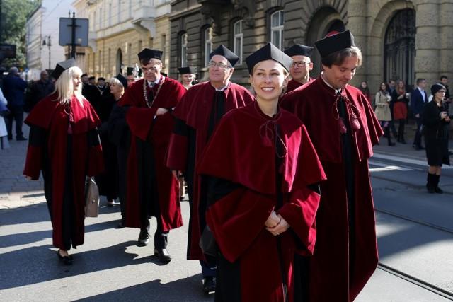 Najwięcej nauczycieli akademickich w Krakowie ma tradycyjnie Uniwersytet Jagielloński - ponad 4 tys. A ilu studentów przypada tam na jednego nauczyciela, w tym profesora? ZOBACZ NASZ RANKING!