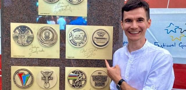 Patryk Dudek w Dziwnowie odsłonił replikę srebrnego medalu indywidualnych mistrzostw świata, który wywalczył w sezonie 2017