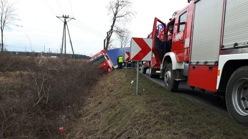 Wypadek pod Czernicą. Tir wjechał do rowu (ZDJĘCIA)