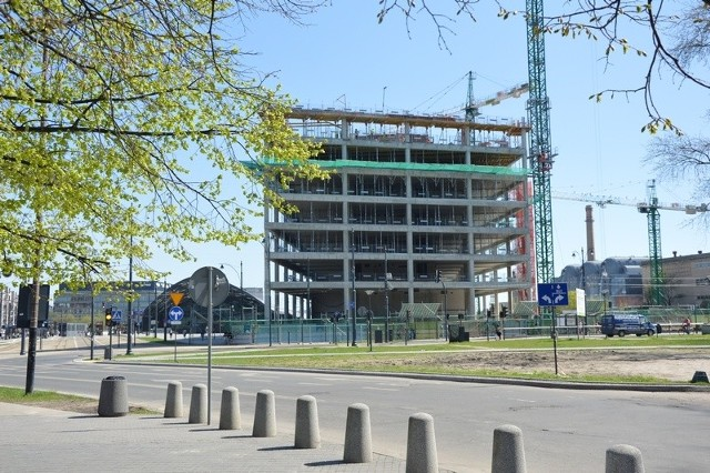 Pierwszy budynek Bramy Miasta wznosi się coraz wyżej. Widok od strony ul. Kilińskiego