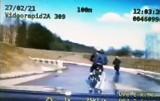 Policyjny pościg za motocyklistami. Nie potrafią jeździć, a uciekali przed policją. Zobacz nagranie z wideorejestratora