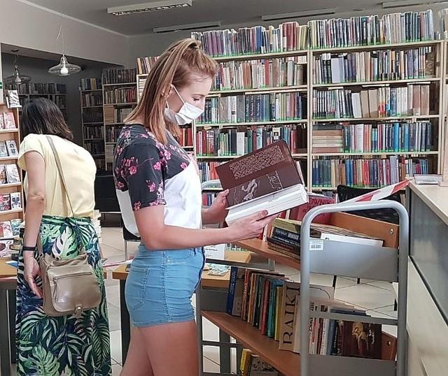 Każdy odwiedzający Wypożyczalnię dla Dorosłych mógł wybrać coś dla siebie z przygotowanych specjalnie na tę okazję książek