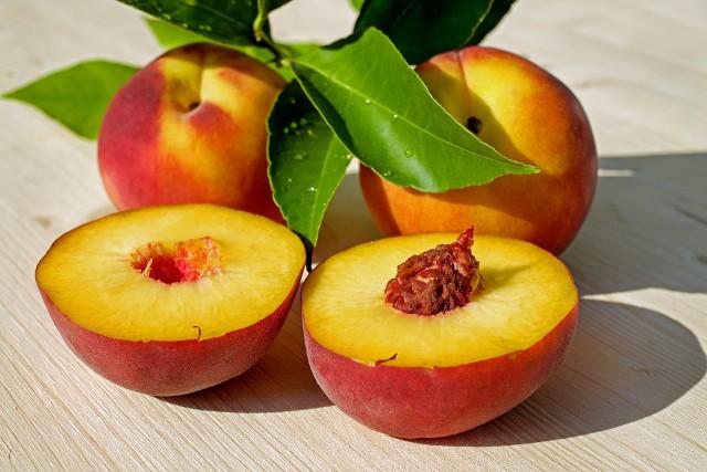Wśród owoców szczególnie silnym alergenem jest brzoskwiniaBrzoskwinia może wywoływać zespół alergii jamy ustnej (AOS - oral allergy syndrome), który objawia się tym, że po zjedzeniu owocu pojawia się świąd lub obrzęk w jamie ustnej.