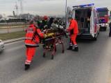 Wypadek na Hallera. Motocyklista ranny. Ustawili parawan, żeby gapie nie przeszkadzali (zdjęcia)