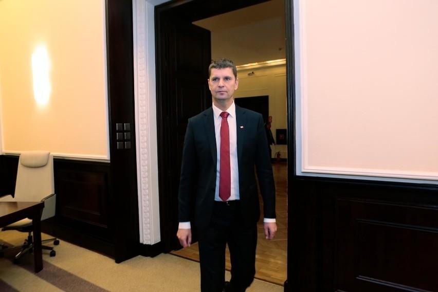 Minister edukacji Dariusz Piontkowski mówi, że ministerstwo przygląda się przepisom odnoszącym się do rekrutacji. - Jeśli będzie taka potrzeba przesuniemy termin składania dokumentów w wersji papierowej lub też wprowadzimy zasadę, że rodzice będą wszystko wypełniali wyłącznie w wersji elektronicznej - mówi.