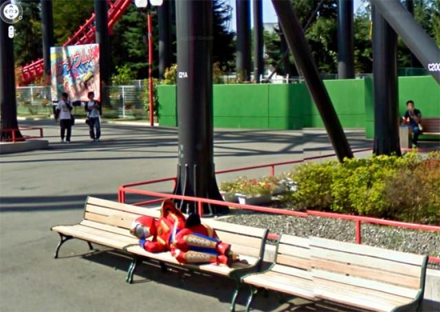 Google Street View to sposób na zwiedzenie całego świata bez ruszania się sprzed komputera. W ten sposób można sprawdzić, jak wyglądają budynki, których umiejscowienie znamy tylko na mapie. Przy okazji jednak zdarzają się niesamowite ciekawostki. Operatorzy kamer Google Street View każdego dnia wykonują setki tysięcy zdjęć na całym świecie. Następnie są wnikliwie studiowane i animizowane, co znaczy, że nie zobaczycie na nich twarzy ludzi, ani reklam, czy nazwisk na domach. Nikt jednak nie wie, jak to się dzieje, że od czasu do czasu do Google Street View trafiają prawdziwe perełki, które następnie przekazywane są użytkownikom Google Maps na całym świecie. To zdjęcia niezwykle zaskakujące: zabawne scenki, ale i tragiczne. Zobaczcie galerię zdjęć, wśród których nie brakuje dramatycznie wyglądających wypadków, trudnych do wyjaśnienia akcji z udziałem policji i broni, scen z plaż w pełnym słońcu, ale i cudownych zachodów słońca.