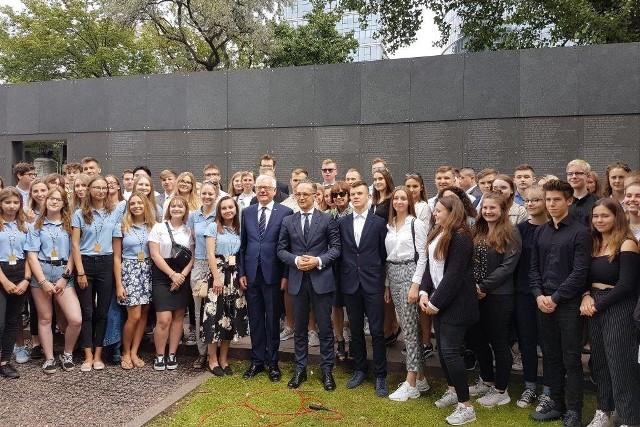 Ostrów Maz. Ostrowscy licealiści wzięli udział w spotkaniu szefów: MSZ Polski i Niemiec z młodzieżą w Muzeum Powstania Warszawskiego