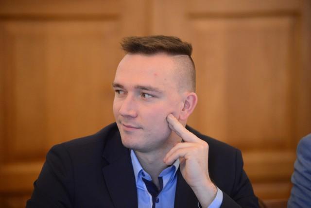 Radny Paweł Wysocki zachęca swoich wyborców, by rozliczali go z obietnic.
